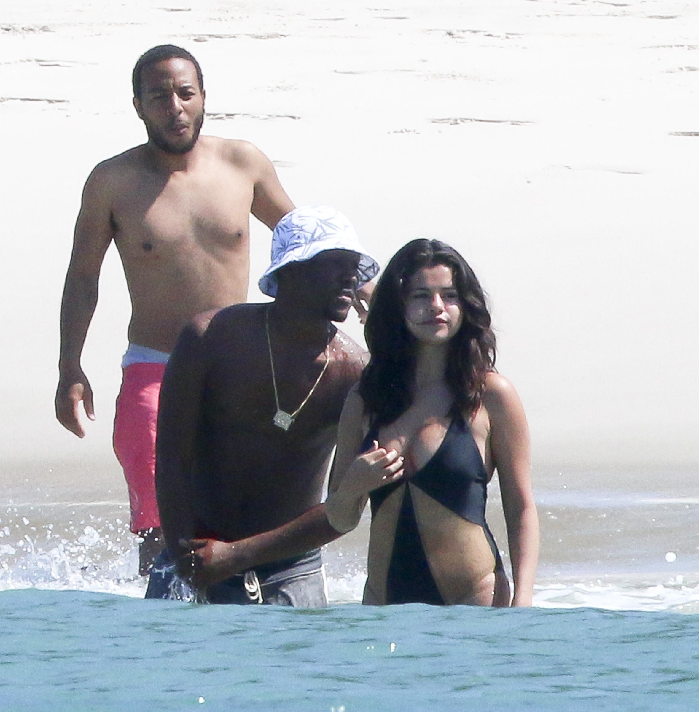 Секс молоденьких на пляже 9 фотография