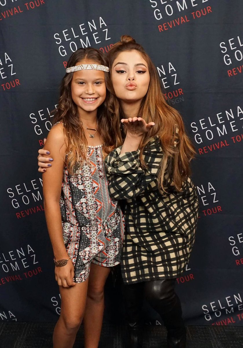 Selena with fans backstage in auburn hills selena meeting fans backstage in auburn hills m4hsunfo