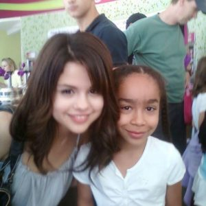 New rare pic of Selena with a fan in 2009