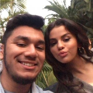 25 August Selena with a fan at commercial photoshoot for Pantene