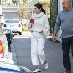 26 December Selena spotted grabbing drinks at the Starbuks in Los Angeles