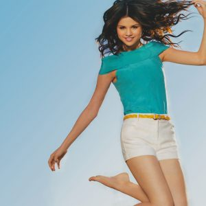 18 April download Ultra HD pic of Selena from photoshoot for TV Guide magazine 2009