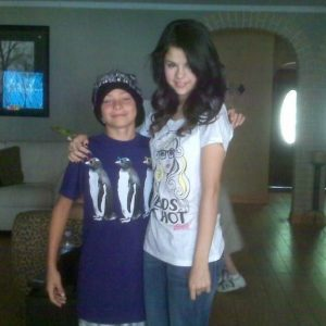 2 June new rare pics of Selena wih a fan from 2008