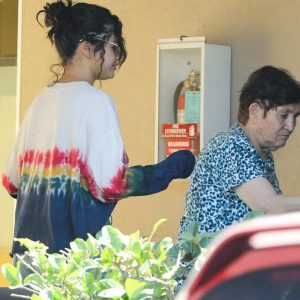 19 June Selena leaving dermatologist's office in Los Angeles