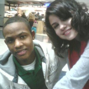 22 September new pics of Selena with a fan at the Starbuks in 2010