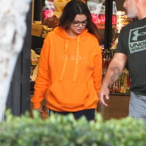 31 October Selena is out for shopping in Los Angeles