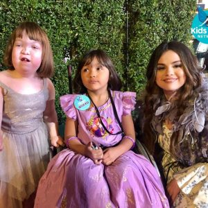 7 November Selena with little fans from Wish Kids Network at the premiere of Frozen 2