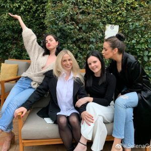 7 December Selena on Weibo: I'm really lucky to have these ladies in my life
