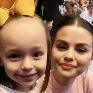 """11 January new pic of Selena with a little fan at the """"Dolittle"""" premiere in Los Angeles"""