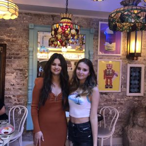 15 September: more new pics of Selena with a fan at Serendipity3!